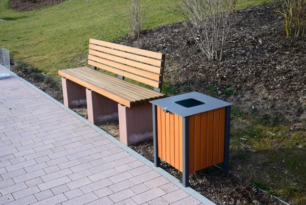 Abfallbehälter mit Eichenholz-Verkleidung neben einer Bank aus Eichenholz