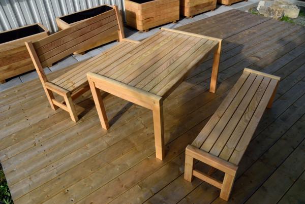 Kindersitzgruppe aus Robinie. Sitzhöhe 35 cm, Tischhöhe 60 cm